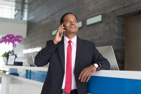 フロントで電話で呼び出してコンテンツ ビジネスの男性 写真素材 - 75688060