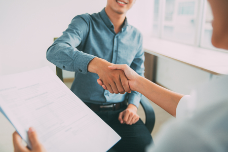 Glimlachende Aziatische zakenman het schudden partnershand Stockfoto - 75750476
