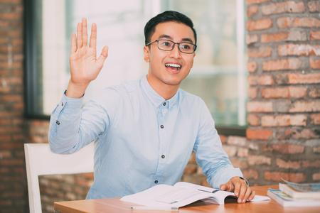 Glimlachende Student Raising Hand om Vraag te stellen Stockfoto - 79520080