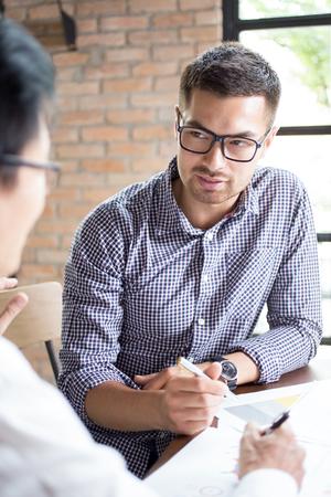 Close-up van zakenpartners werken aan project Stockfoto
