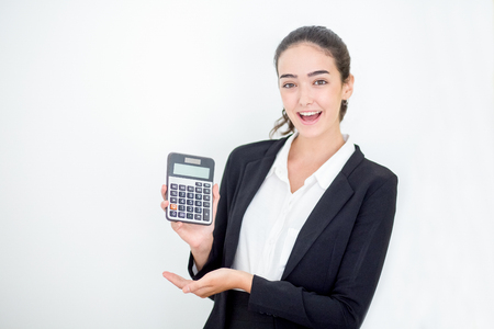 Gelukkige jonge onderneemster die calculator toont Stockfoto