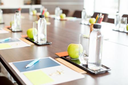 文房具セットと水会議用テーブル