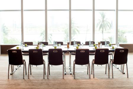 空の会議室、会議用テーブル