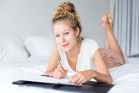콘텐츠 소녀 침대에서 문서 작업