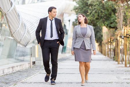 Twee serieuze collega's lopen op straat