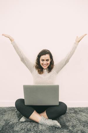 Nette Dame , die an Laptop auf Boden arbeitet Standard-Bild - 95552130