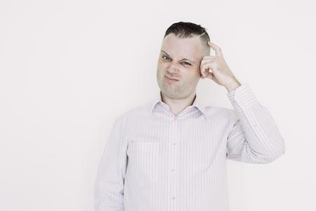 Homme réfléchi mécontent se grattant la tête en pensant au plan d'affaires. L'homme d'affaires confus n'a pas d'idées. Notion de problèmes