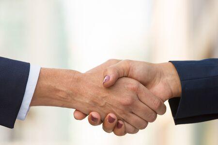 Nahaufnahme des weiblichen Händedrucks. Geschäftsfrauen in Bürojacken, die Hände rütteln. Geschäftsfrauen-Konzept Standard-Bild