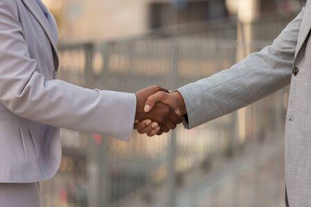 Nahaufnahme des Händedrucks. Geschäftsmann und Frau in Büroanzügen, die Hände rütteln. Handelskonzept