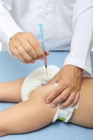 meningococcal: Vacunaci�n: m�dico inyecta un beb�
