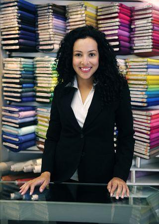vendedores: peque�as empresas: feliz propietario de una tienda de tejido Foto de archivo
