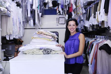 lavanderia: peque�as empresas: feliz propietario de un servicio de limpieza en seco