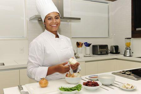 beleibt: Happy-Chef Cutting Zwiebeln in eine moderne K�che Lizenzfreie Bilder