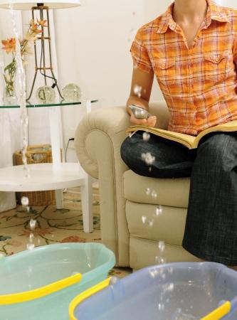 lekken: eaking dak of pipe burst: vrouw bellen verzekerings of loodgieter