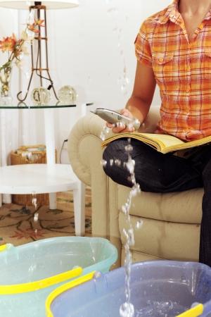 reclamo: r�faga de techo o tubo de eaking: mujer llamada seguros o fontanero