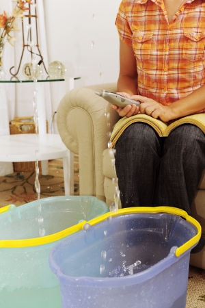 lekken: eaking dak of pipe burst: vrouw verzekerings eisen of loodgieter