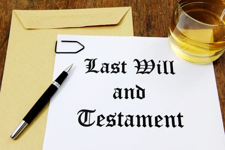 testament schreiben: Last Will and Testament and Glass of Whiskey on a wooden desk Lizenzfreie Bilder