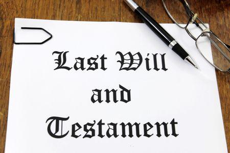testament schreiben: Letzten Willen und Testament auf einem h�lzernen Schreibtisch  Lizenzfreie Bilder