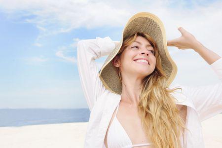 straw hat: Estate: donna sorridente paglia spazio cappello e copia