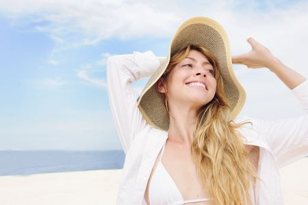 summer clothing: summer: smiling woman with straw hat  and copy space