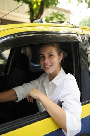 taxi: porait de un conductor de taxi femenina orgulloso su nueva cabina de conducci�n  Foto de archivo