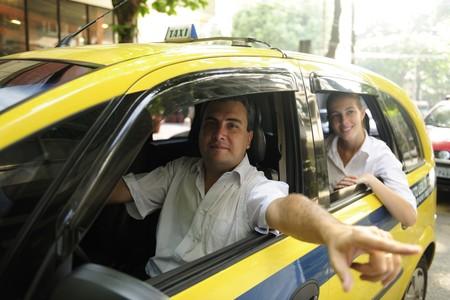 taxi: conductor de taxi, mostrando un hito de pasajeros durante la conducci�n