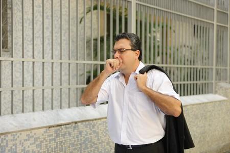 tosiendo: Influenza: Hombre tos al aire libre