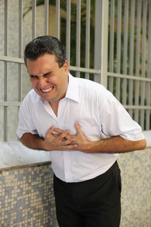 ataque cardiaco: Dolor en el pecho repentino: hombre de tener un ataque al coraz�n el plegado  Foto de archivo