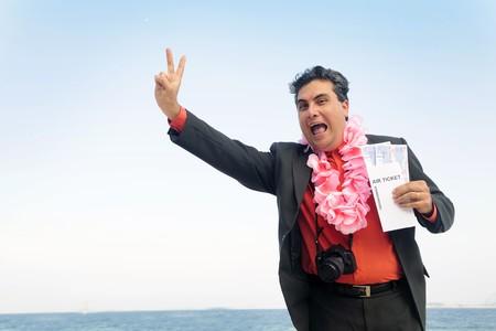 agencia de viajes: listo para unas vacaciones: empresario en la playa con billetes de avi�n