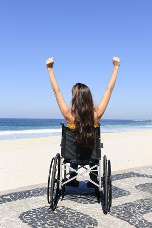 paraplegico: vacaciones de verano: persona de silla de ruedas, disfrutando de la playa al aire libre