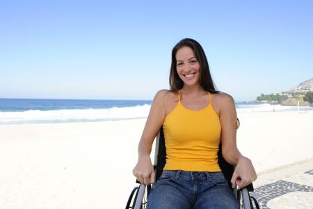 paraplegic: zomer vakantie: vrouw in een rol stoel genieten buitenshuis strand