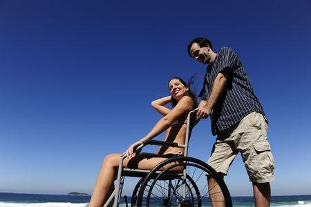 paraplegico: amor rom�ntico: una mujer feliz en silla de ruedas con rosas rojas  Foto de archivo