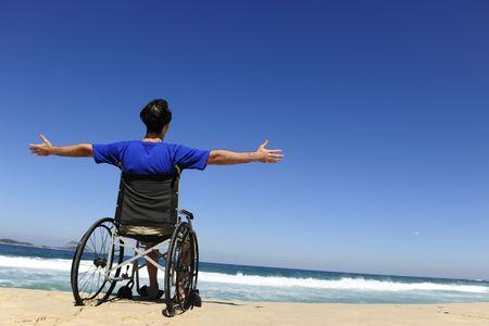 rollstuhl: Sommerurlaub: Mann im Rollstuhl zu genie�en im freien Strand