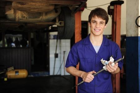 auto monteur: portret van een wagen monteur in de werk ruimte kopie  Stockfoto