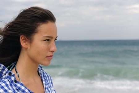 mujer mirando el horizonte: mujer joven atractiva en el mar frente al futuro