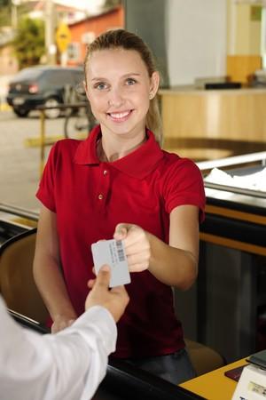 cassa supermercato: Donna pagando il cassiere al banco cassa al supermercato Archivio Fotografico