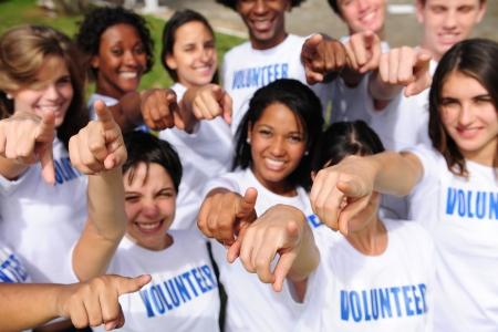 community group: Retrato de un grupo de voluntarios feliz y diverso apuntando hacia la c�mara