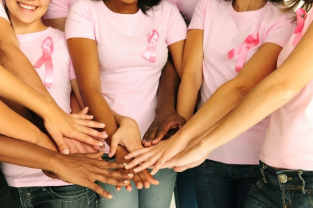 canc�rologie: femmes de sensibilisation du cancer du sein joignant les mains de soutien Banque d'images
