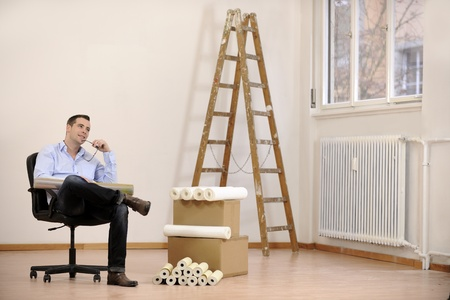 refurbishing: Architetto o al proprietario in camera ufficio vuoto