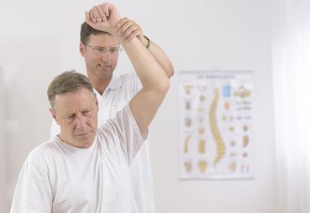 fisioterapia: Fisioterapia Superior de hombre y el fisioterapeuta en la oficina
