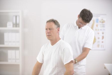physical test: Fisioterapia Fisioterapista esaminando anziano in ufficio
