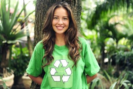 reciclar: jovem ativista ambiental na floresta usando uma reciclagem verde t-shirt