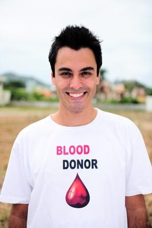 giver: Retrato feliz de donar sangre una sonrisa