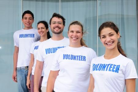 community group: retrato de un grupo de voluntarios felices y diverso