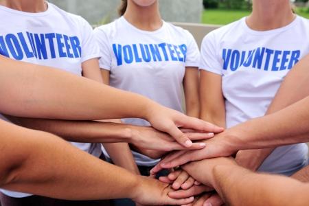 сообщество: Группа добровольцев руки показывает единство Фото со стока