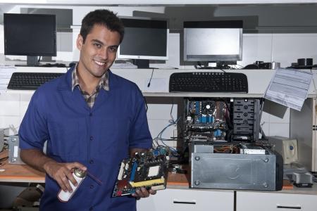 tezgâhtar: Küçük işletme: atölyesinde anakart ile bilgisayar teknisyeni Stok Fotoğraf