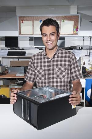 tezgâhtar: Küçük işletme: Bir bilgisayar onarım mağaza sahibi Stok Fotoğraf