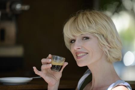 mujer tomando cafe: Hermosa mujer con una pausa para el caf�