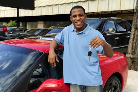homme heureux montrant cl� de la nouvelle voiture de sport rouge photo