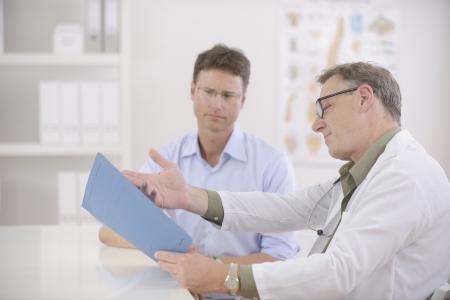 examenes de laboratorio: Salud: Doctor y paciente en discusiones pruebas de sangre realizadas Foto de archivo